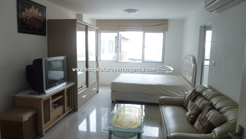 Condo One Thonglor: 30 sqm studio room on high floor in Thonglor location