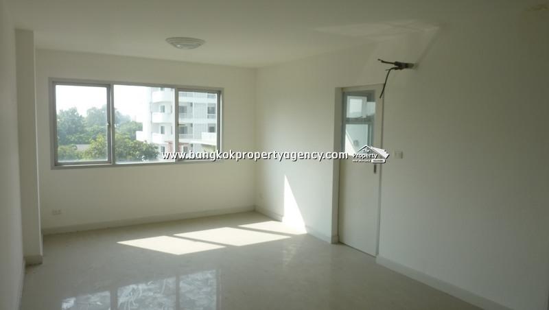 Condo One Thonglor: 30 sqm unfurnished studio room, mid floor