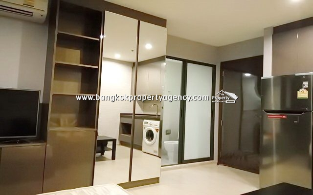 Rhythm Asoke 1: New 22 sqm fully furnished studio with pool view